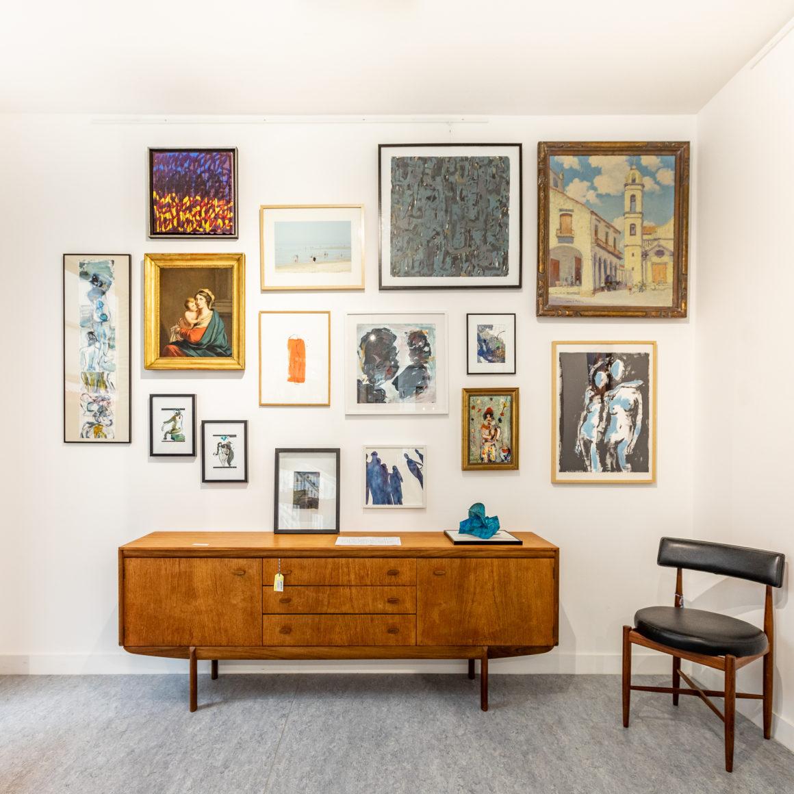 Vue d'un mur de la galerie où se côtoient oeuvres chinées et contemporaines.