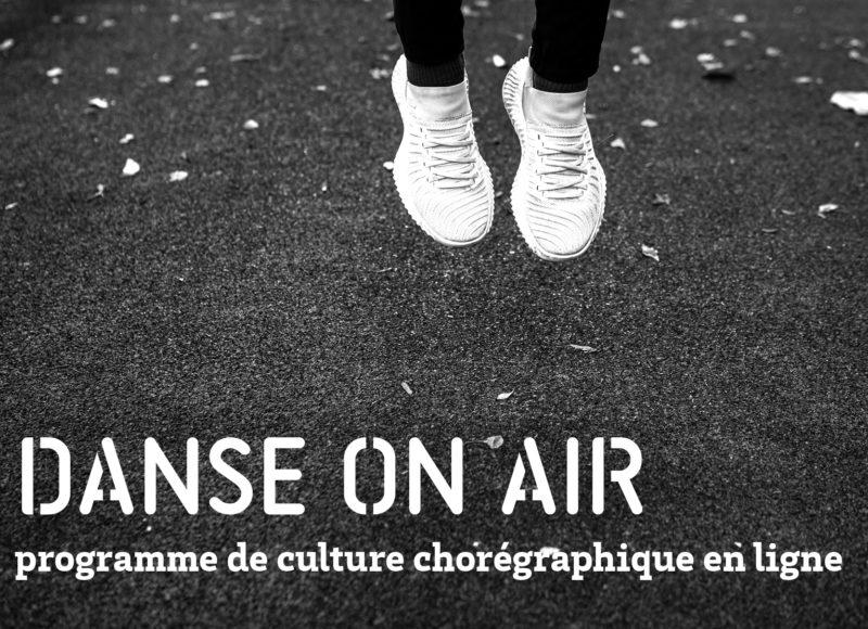 """Photographie en noir et blanc, plan sur des pieds qui sautent et un sol parsemé de feuilles. on y lit """"Danse on air, programme de culture chorégraphique en ligne"""""""